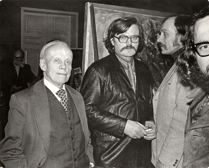 Leonas Linas Katinas (in the center) with his father, painter Leonas Katinas and graphic artist Vytautas Kalinauskas, 1975. Photography: Algimantas Kunčius